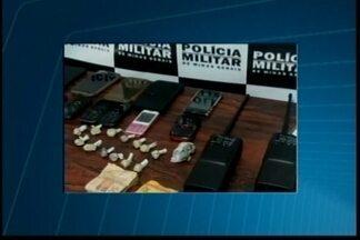 Mulher suspeita de tráfico de drogas é detida em Divinópolis - Foram encontrados 20 papelotes de cocaína, aparelhos celulares e uma quantia em dinheiro. Ela foi encaminhada à delegacia.
