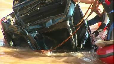 Após dois dias, carro e motorista são retirados do Rio Piquiri, entre Assis e Brasilândia - Rodovia ficou interditada por cerca de duas horas.