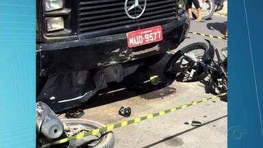 Uma pessoa morreu e outra ficou ferida em acidente em Arapiraca - O acidente envolveu um carro, duas motos e um caminhão.