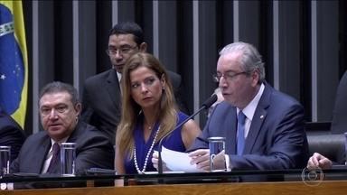 Cunha tenta, no Supremo, impedir julgamento dele na Câmara - Cunha não quer a votação do parecer que pede a cassação do mandato dele. No lugar, defende projeto de resolução que permitiria uma pena mais branda, como suspensão por seis meses.