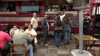 Empresários transformam ônibus em lanchonete para vender hambúrgueres - Foodbus fatura mais de R$ 300 mil por mês com a venda de lanches. Veículo de dois andares é o único ônibus londrino no Brasil, diz empresário.