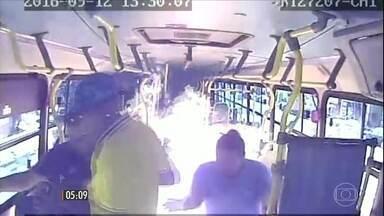 Bandidos ateiam fogo em ônibus e ferem três pessoas em São Luís-MA - Passageiros viveram momentos de pânico na ação, que ocorreu numa das principais avenidas da cidade.