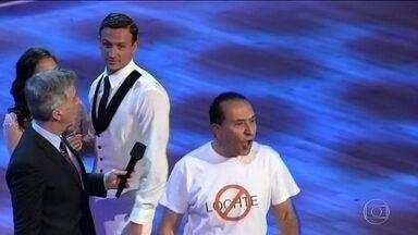 Nadador americano Ryan Lochte é hostilizado em programa de TV - Ele participa da versão americana da Dança dos Famosos. Dois homens invadiram o palco e, da plateia, gritaram 'mentiroso'.