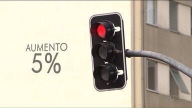 30 mil motoristas foram flagrados furando o sinal vermelho, em Curitiba - Os dados são relativos ao primeiro semestre deste ano. No Paraná, no mesmo período,mais de 100 mil motoristas cometeram a infração.