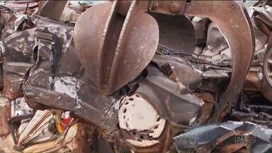 Carros parados nos pátios da Polícia Civil da região Oeste começaram a ser demolidos - De acordo com a polícia, depois de prensado, o material vai ser vendido.
