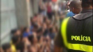 Confusão em Copacabana tem correria, furtos e mais de noventa pessoas em delagacia - Video mostra menores se arriscando entre os carros, no meio da pista, pra embarcar em um ônibus pela janela. Testemunhas contaram que os menores assaltaram pedestres. Mais de noventa pessoas foram levadas pra delegacia.