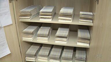 PF de Londrina tem mais de 900 passaportes que não foram retirados pela população - O documento tem que ser retirado em três meses, caso contrário é cancelado. O prazo pra emissão do documento chega a 45 dias.