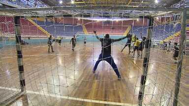 Handebol de Londrina está de volta e estreia hoje na Liga Nacional - Depois de três anos, o Moringão volta a ser palco do handebol. O time está renovado e cheio de garra pra estreia contra o Juiz de Fora, hoje à noite. Jogo pra torcida agitar o ginásio de esportes