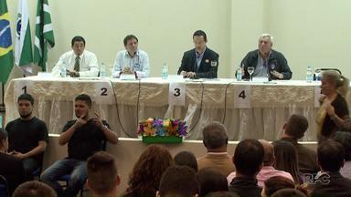 Quatro candidatos a prefeito participam de debate em universidade de Foz - Eles responderam as perguntas dos estudantes
