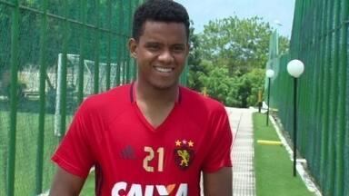 'Coração do Sport', Rithely fica de fora contra Atlético-MG por conta de lesão - O jogador é regular no time, tendo atuado em 14 partidas seguidas. Para o técnico Oswaldo de Oliveira, meia é o melhor jogador do time rubro-negro.