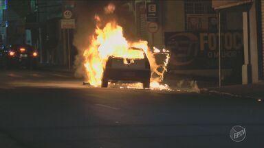 Incêdios assustam moradores em Limeira, SP - Um carro pegou fogo na Rua Doutor Trajano e nas obras do Centro de Detenção Provisória as chamas queimaram o alojamento e o almoxarifado.