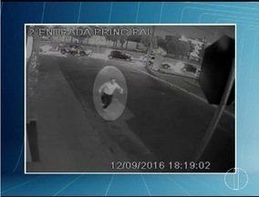 Imagens de segurança mostram Maurílio Arruda fugindo de viatura - Ex-prefeito de Januária foi preso durante a operação Rua da Amargura.