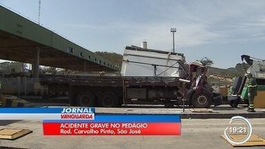 Falha em cancela de pedágio causa acidente - Dois ficaram gravemente feridos em acidente no pedágio da Carvalho Pinto em São José.