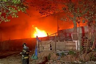 Empresa de reciclagem que pegou foto em Itaquaquecetuba continua interditada - Cerca de 50 bombeiros trabalharam para controlar as chamas.