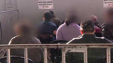 35 pessoas são presas em operação da polícia em São Leopoldo no RS - Cento e trinta ordens judiciais foram cumpridas na cidade. O secretário de Segurança Pública do RS, Cezar Schirmer acompanhou a ação dos policiais.