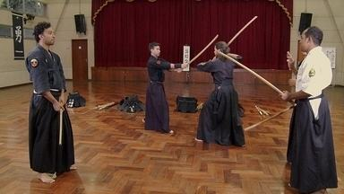 Hoje é dia de artes marciais: arte da espada samurai - Alexandre Henderson pesquisa a arte marcial samurai clássica do combate com espadas, também conhecida como Kenjutsu.