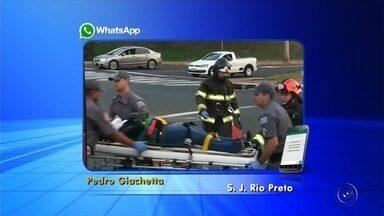 Mulher perde controle do carro, bate em poste e fica presa às ferragens - Uma mulher de 28 anos perdeu o controle da direção do carro que dirigia e bateu em um poste, na avenida Juscelino Kubitschek, na manhã deste sábado (17), em São José do Rio Preto (SP).