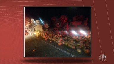 Motorista morre após caminhão tombar na BR-101, no sul do estado - Crisnei Oliveira Teixeira ficou preso às ferragens. Segundo a polícia, ele teria perdido o controle da direção.
