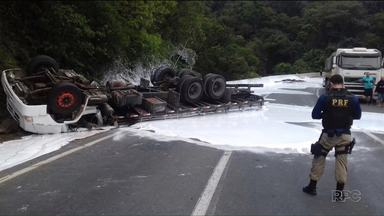 Caminhão com cola tombou na BR-376 causando congestionamento - Acidente foi na curva da Santa. Motorista passa bem.