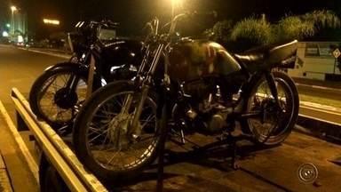 Jovens invadem e furtam delegacia de Guaiçara - Dois jovens foram detidos por furtarem a delegacia de Guaiçara, no final de semana. O estabelecimento estava fechado quando os rapazes, de 17 e 18 anos, invadiram o prédio levaram o motor, tanque e pneu de uma motocicleta, além de duas bicicletas.