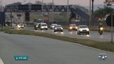 Justiça Federal mantém suspensão do uso de farol em rodovias durante o dia - Emissão de multas permanece proibida. Decisão não anula notificações emitidas anteriormente.