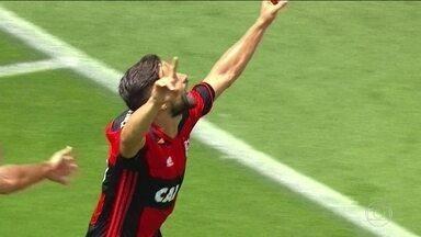 Flamengo vence Figueirense e se mantém na cola do líder Palmeiras - No Pacaembu, Flamengo fez 2 a 0 no Figueirense. No Mineirão, Cruzeiro empatou em 1 a 1 com Atlético-MG.