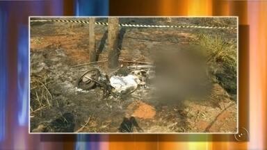 Autônomo morre carbonizado após sofrer acidente em Guarani d'Oeste - Um autônomo de 30 anos morreu carbonizado após sofrer um acidente de moto na madrugada deste domingo (18), na rodovia Percy Valdir Semeghini, em Guarani d'Oeste (SP). Com a batida, segundo a polícia, a moto caiu sobre ele e pegou fogo.