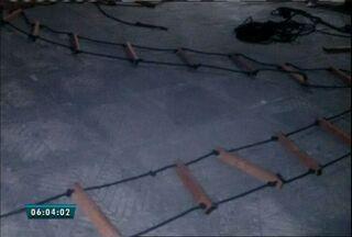 Escada artesanal é encontrada por agentes penitenciários em presídio feminino em Itaitinga - De acordo com a Secretaria de Justiça, a escada foi encontrada em um dos pátios da unidade.