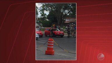 Homem é baleado dentro de carro na Avenida Getúlio Vargas em Feira de Santana - Segundo a polícia, ele estava acompanhado da esposa quando dois homens numa moto passaram pelo carro atirando.