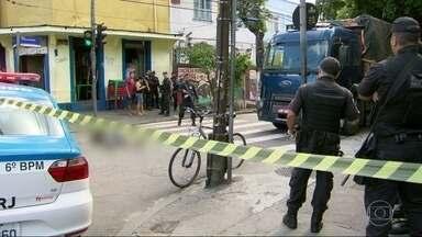 A polícia civil investiga o assassinato de um comerciante, em Vila Isabel - Francisco das Chagas de Souza Melo, de 40 anos, foi morto a tiros, por dois homens, numa esquina da rua Torres Homem, hoje de manhã.