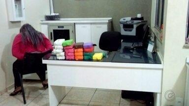 Irmãs são presas ao transportar pasta base de cocaína em Agudos - Quase 21 quilos de pasta base de cocaína foram apreendidos e duas mulheres presas por tráfico de entorpecentes na noite de terça-feira (20), na Rodovia Marechal Rondon, em Agudos (SP). As suspeitas, que são irmãs, estavam cada uma em um carro, um deles considerado de luxo e avaliado em quase R$ 200 mil.