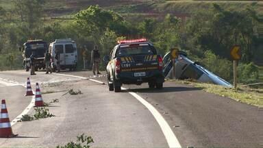 Vans se envolvem em acidente na BR-467 - Rodovia ficou parcialmente interditada.
