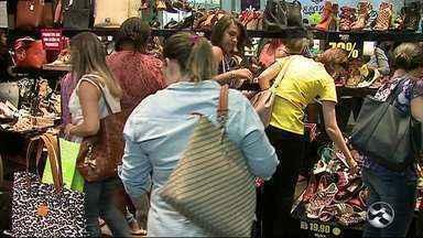 Centro de compras realiza 'Black Day' com descontos de até 70% - Ação promocional ocorre na quarta (21) e quinta-feira (22) em Caruaru.