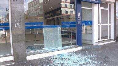 Agências bancárias são depredadas na Zona Norte de Porto Alegre - Vidros foram quebradas; não há informações sobre como foram os ataques.