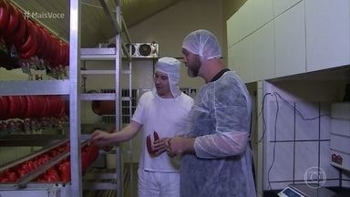 Jimmy Ogro visita fábrica de linguiça alemã em Pomerode - Chef conheceu o processo de fabricação. Ana Maria experimenta duas variedades da linguiça