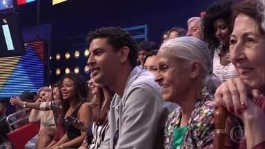Fábio Pessoa é levado para o palco do Caldeirão - O motorista e compositor acredita que foi contratado para acompanhar um grupo em visita pelos Estúdios Globo