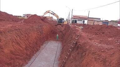 Redação móvel está em Buritizinho para acompanhar as obras de pavimentação - Em Sobradinho, as obras de pavimentação começaram, mas com o início das chuvas, moradores sofrem com a lama.
