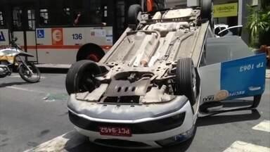 Táxi capota na Avenida Rosa e Silva - Segundo testemunhas, motorista foi surpreendido por outro veículo que saía de um estacionamento