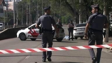 Taxista é morto pro PM na Zona Oeste da capital paulista - O policial disse que foi assaltado por travestis, que estavam no táxi, e que atirou por legítima defesa. A Polícia Civil está em busca de imagens de câmeras de segurança que possam esclarecer o caso.