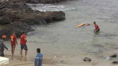 Corpo de pescador é resgatado em praia de Salvador - O corpo estava preso às pedras da praia do Porto da Barra.