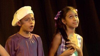 Coro infantil do Projeto Cariúnas canta cantigas de roda - Grupo é acompanhado pelo cravista Antônio Carlos de Magalhães.