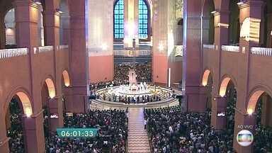 Devotos celebram o dia de Nossa Senhora Aparecida - Os devotos lotaram a Basílica de Nossa Senhora Aparecida para rezar pela Padroeira do Brasil.