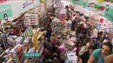 Dia das Crianças causa aumento no movimento em lojas da região central de SP - Segundo uma pesquisa do SCPC, 57% dos consumidores pretendem gastar até R$ 100 com o presente para a criançada.