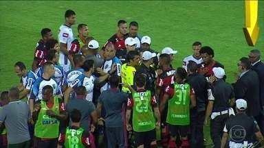 Delegado do jogo e observador da CBF entraram em campo no Fla Flu e falam com árbitro - Delegado do Jogo e Observador da CBF entraram em campo, e provavelmente, devem ter informado que o gol foi irregular, segundo Arnaldo César Coelho.
