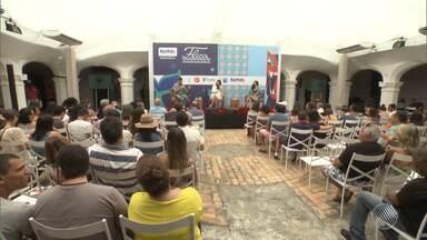 Público infantil é o destaque no segundo dia de Flica - Além dos livros, teatro e música, os pequenos curtiram um bate papo com Carlinhos Brown.