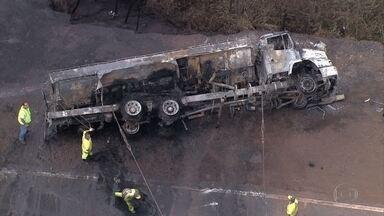 Caminhão com combustível tomba e pega foto em Congonhas - Acidente aconteceu na altura do km 604 da BR-040.