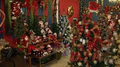 A mais de 2 meses do Natal, comércio em BH já tem lojas com produtos natalinos à venda - Expectativa dos comerciantes é de que o consumidor se anime e comece a comprar logo.
