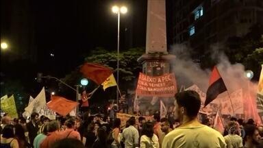 Mais de 1,5 mil pessoas fazem protesto contra a PEC 241 no Centro de Belo Horizonte - A proposta de emenda à Constituição 241 prevê a fixação de gastos do governo por 20 anos.