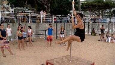 Em Movimento: Pole dance na praia atrai olhares curiosos - Até nossa repórter Aline Alves se aventurou nas acrobacias na barra vertical.