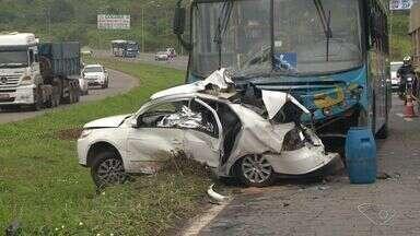 Uma pessoa morre em acidente entre carro e ônibus, na Serra, ES - Acidente aconteceu no km 261 da BR-101, na manhã deste sábado (22).